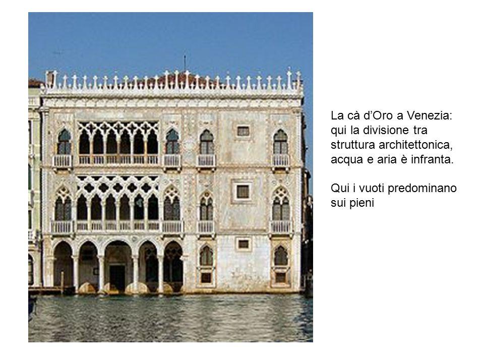 La cà d'Oro a Venezia: qui la divisione tra struttura architettonica, acqua e aria è infranta. Qui i vuoti predominano sui pieni