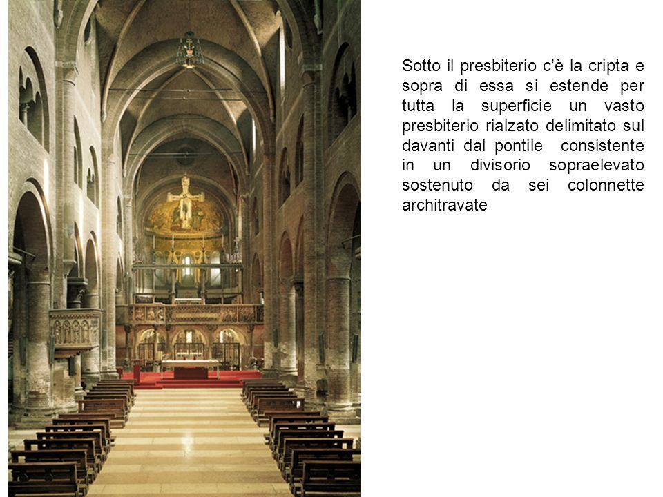 Sotto il presbiterio c'è la cripta e sopra di essa si estende per tutta la superficie un vasto presbiterio rialzato delimitato sul davanti dal pontile