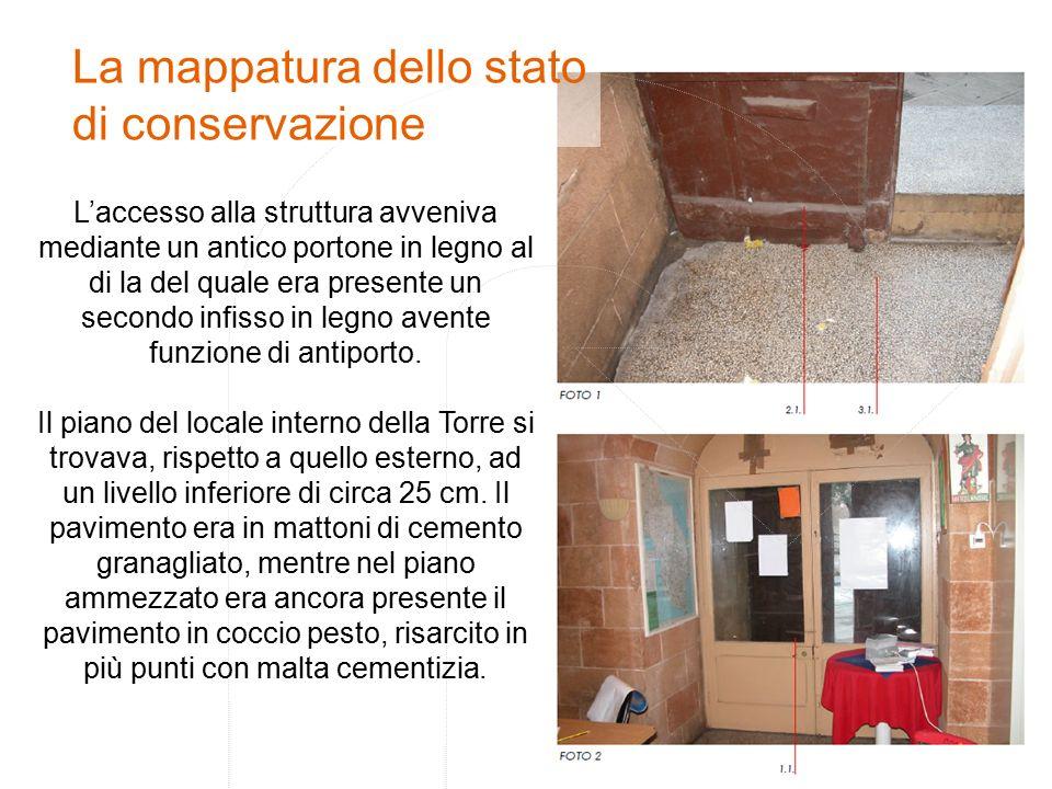L'accesso alla struttura avveniva mediante un antico portone in legno al di la del quale era presente un secondo infisso in legno avente funzione di antiporto.
