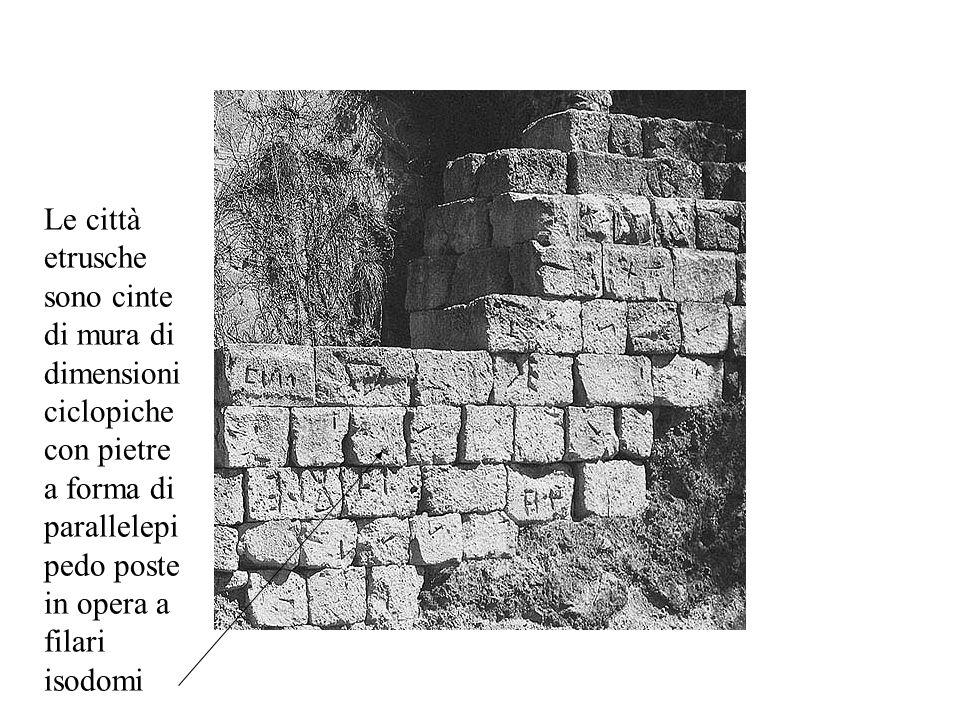 Le città etrusche sono cinte di mura di dimensioni ciclopiche con pietre a forma di parallelepi pedo poste in opera a filari isodomi