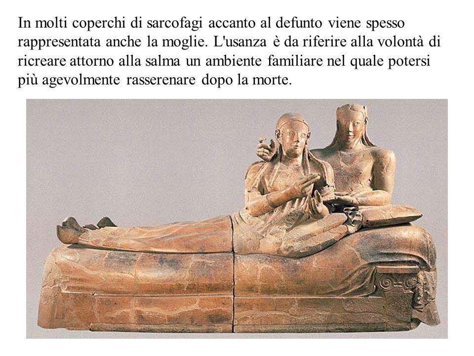 In molti coperchi di sarcofagi accanto al defunto viene spesso rappresentata anche la moglie. L'usanza è da riferire alla volontà di ricreare attorno