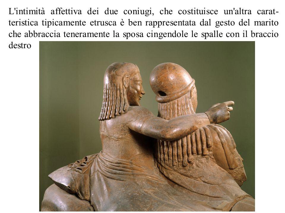 L'intimità affettiva dei due coniugi, che costituisce un'altra carat teristica tipicamente etrusca è ben rappresentata dal gesto del marito che abbra
