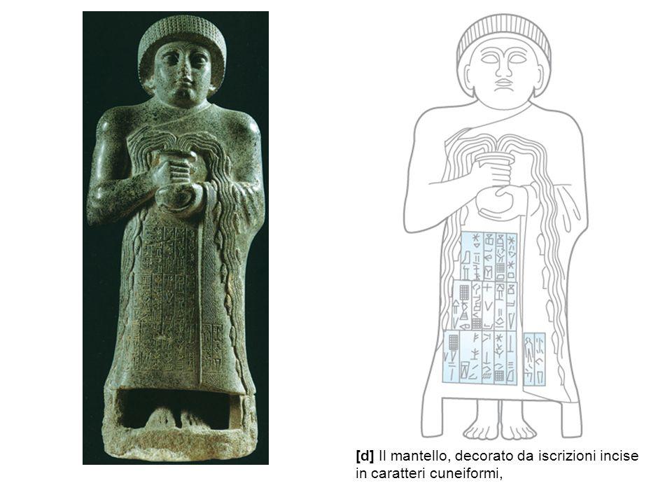 [d] Il mantello, decorato da iscrizioni incise in caratteri cuneiformi,