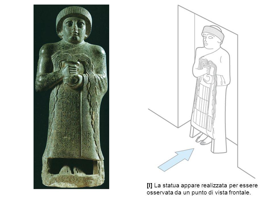 [l] La statua appare realizzata per essere osservata da un punto di vista frontale.