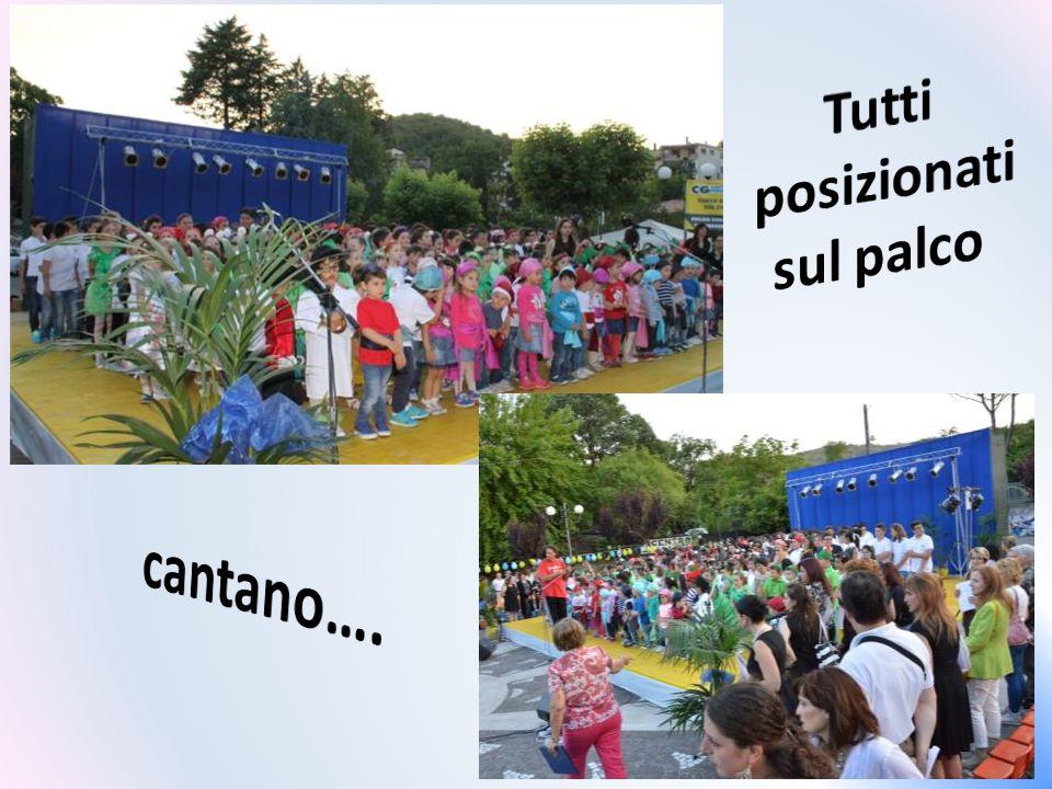 Dalla sede scolastica, raggiungono il grande pubblico di Pico…….. che li attende, raccolto nel piazzale antistante l'ufficio postale, luogo della mani