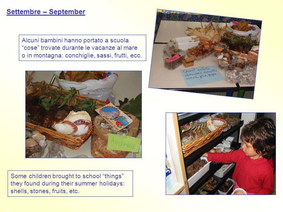 Settembre – September Alcuni bambini hanno portato a scuola cose trovate durante le vacanze al mare o in montagna: conchiglie, sassi, frutti, ecc.