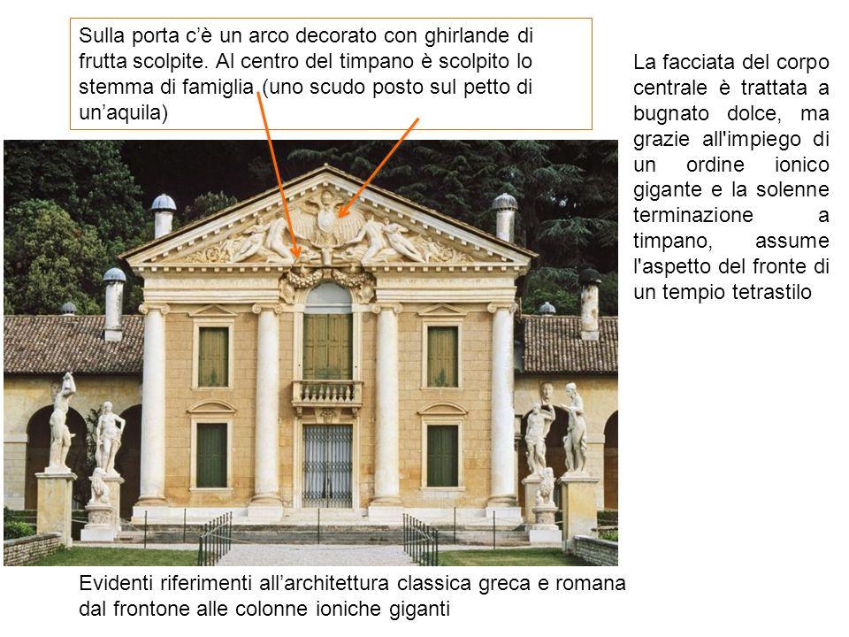 Evidenti riferimenti all'architettura classica greca e romana dal frontone alle colonne ioniche giganti Sulla porta c'è un arco decorato con ghirlande