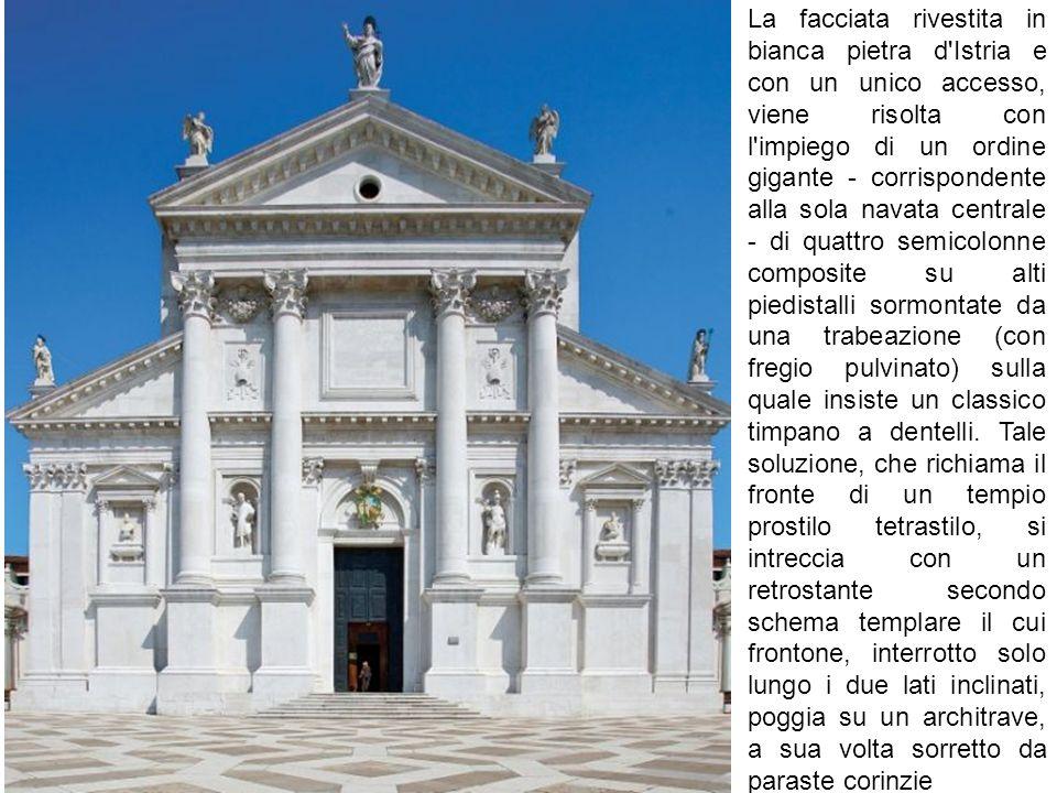 La facciata rivestita in bianca pietra d'Istria e con un unico accesso, viene risolta con l'impiego di un ordine gigante - corrispondente alla sola na