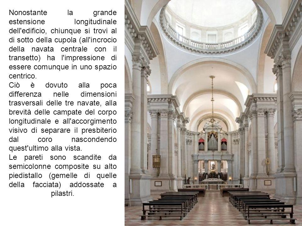 Nonostante la grande estensione longitudinale dell'edificio, chiunque si trovi al di sotto della cupola (all'incrocio della navata centrale con il tr