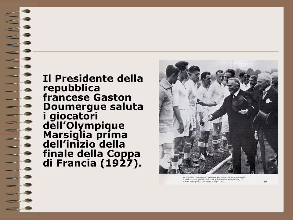 Il Presidente della repubblica francese Gaston Doumergue saluta i giocatori dell'Olympique Marsiglia prima dell'inizio della finale della Coppa di Francia (1927).