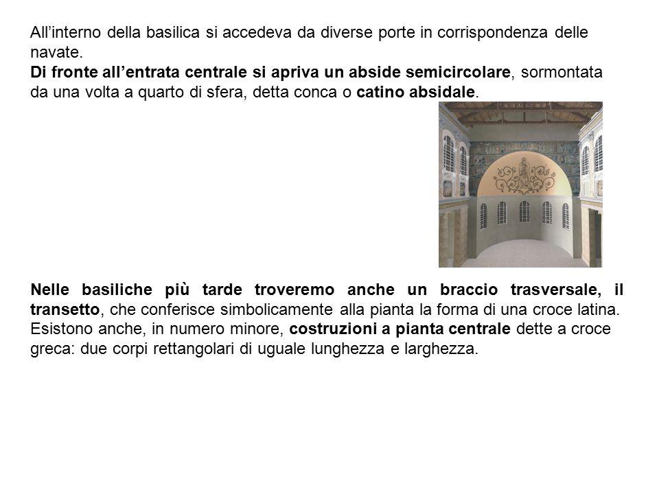 All'interno della basilica si accedeva da diverse porte in corrispondenza delle navate. Di fronte all'entrata centrale si apriva un abside semicircola