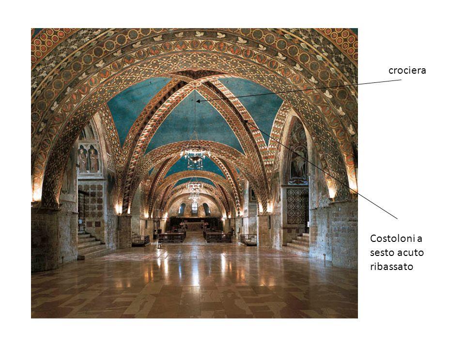 La chiesa superiore è a croce latina e, pur ripetendo lo schema di quella sottostante, si mostra come il regno della luce.