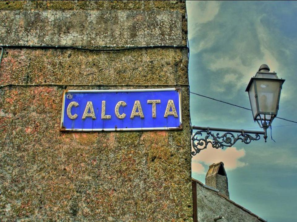 Calcata (Viterbo) è un piccolo comune che, sebbene a soli 40 Km a nord di Roma, è riuscito a conservare intatti i suoi patrimoni storico e naturale.