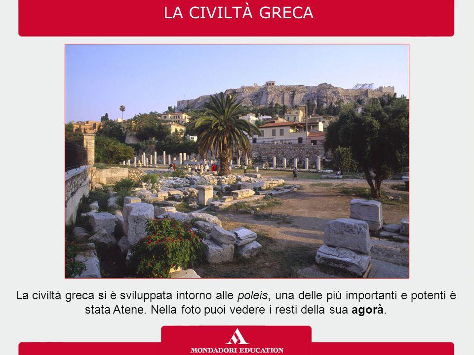 LA CIVILTÀ GRECA Tutte le poleis avevano alcuni elementi in comune, come l'acropoli, l'agorà, il teatro, lo stadio e la palestra, le mura, le case, le botteghe…