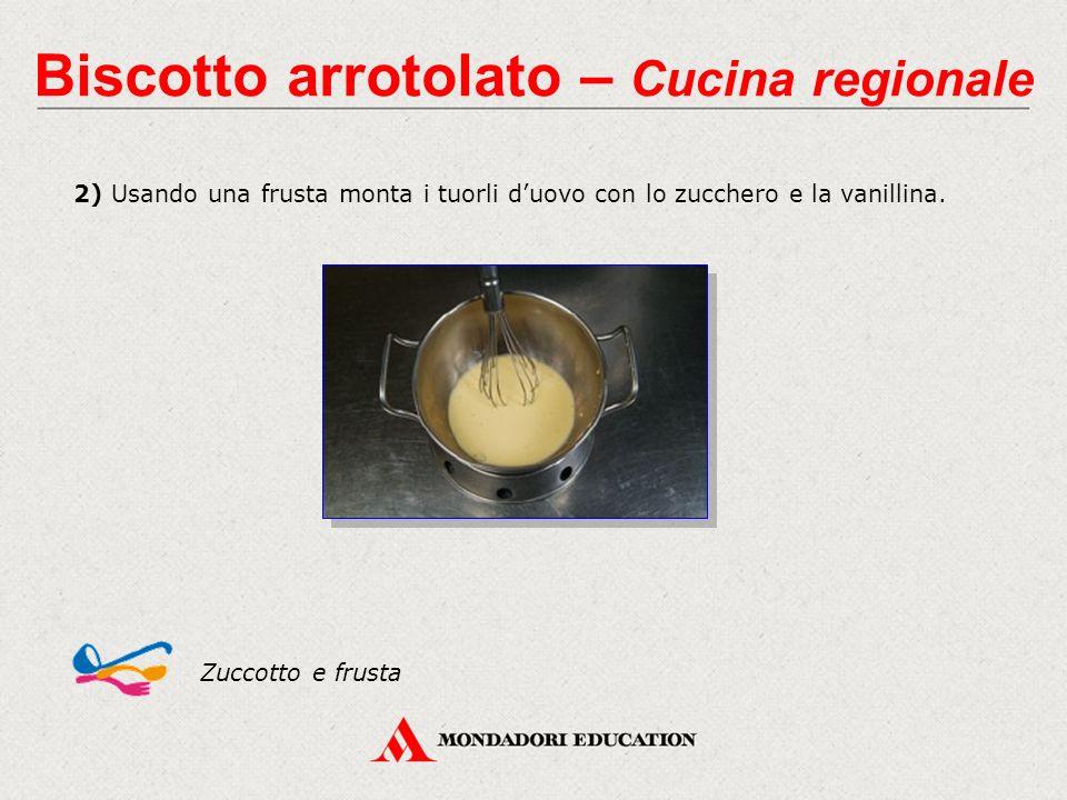 2) Usando una frusta monta i tuorli d'uovo con lo zucchero e la vanillina.