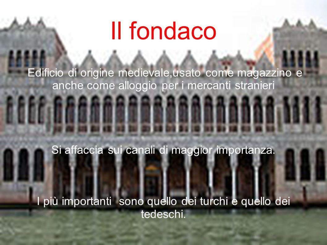 Edificio di origine medievale,usato come magazzino e anche come alloggio per i mercanti stranieri Si affaccia sui canali di maggior importanza. I più