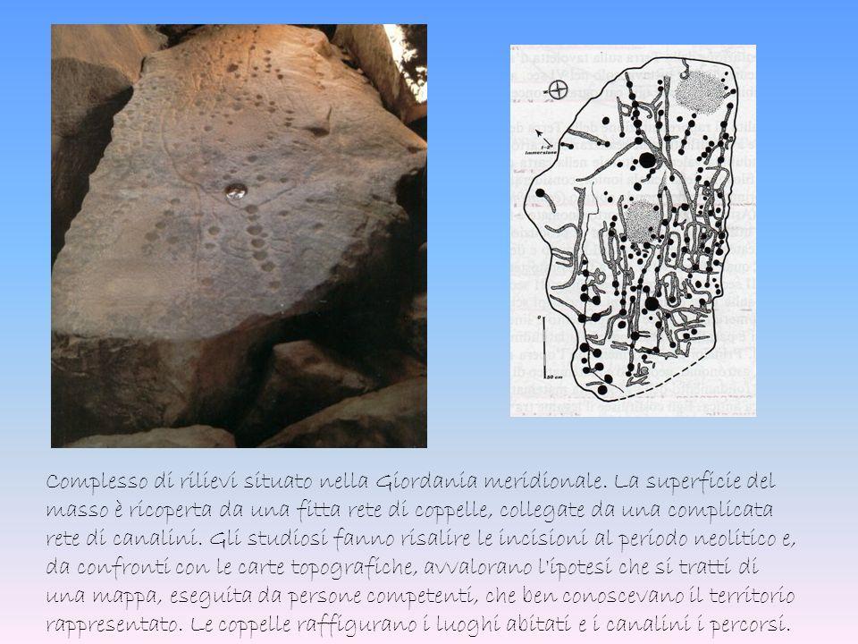 Complesso di rilievi situato nella Giordania meridionale. La superficie del masso è ricoperta da una fitta rete di coppelle, collegate da una complica