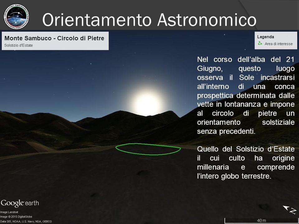 Nel corso dell'alba del 21 Giugno, questo luogo osserva il Sole incastrarsi all'interno di una conca prospettica determinata dalle vette in lontananza