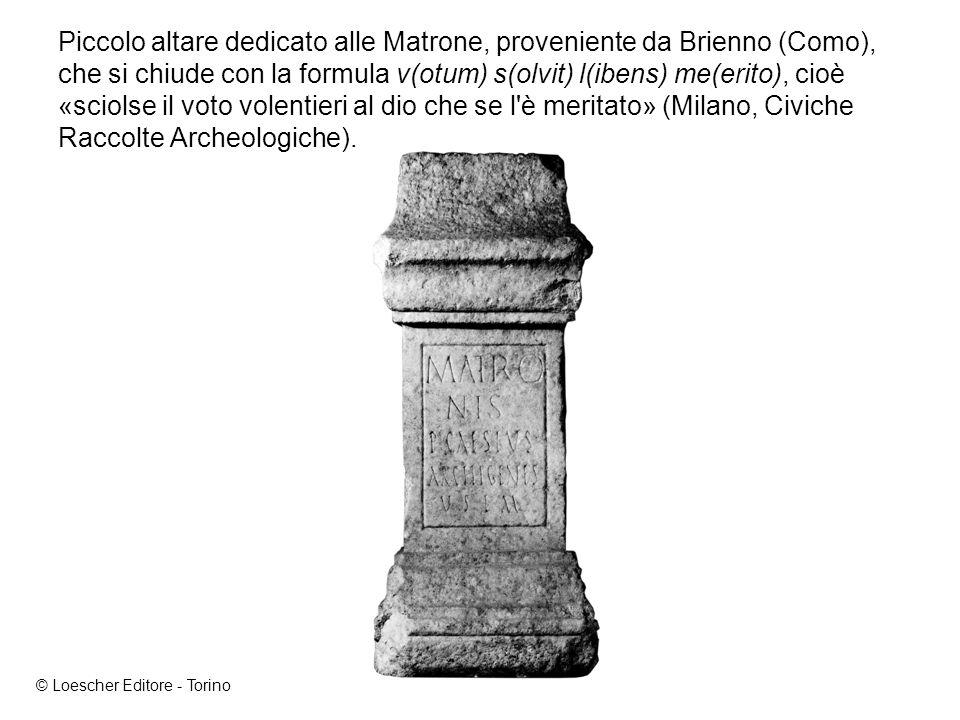 Piccolo altare dedicato alle Matrone, proveniente da Brienno (Como), che si chiude con la formula v(otum) s(olvit) l(ibens) me(erito), cioè «sciolse il voto volentieri al dio che se l è meritato» (Milano, Civiche Raccolte Archeologiche).