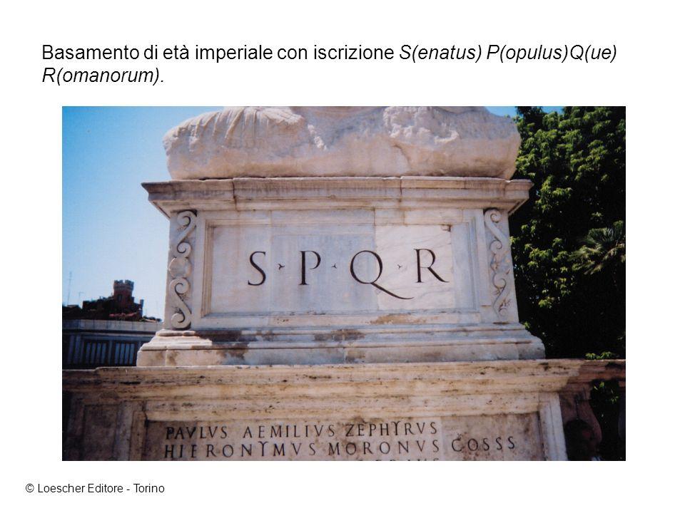 Basamento di età imperiale con iscrizione S(enatus) P(opulus)Q(ue) R(omanorum).