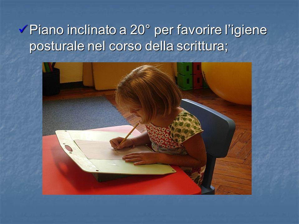 Piano inclinato a 20° per favorire ligiene posturale nel corso della scrittura; Piano inclinato a 20° per favorire ligiene posturale nel corso della s
