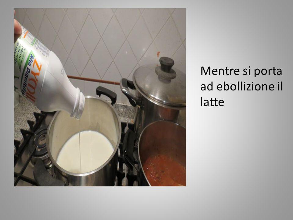 In una pirofila si lavorala farina (½etto) con la margarina Il sale e la noce moscata