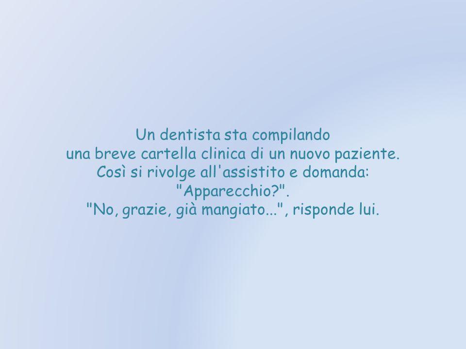 Un dentista sta compilando una breve cartella clinica di un nuovo paziente.
