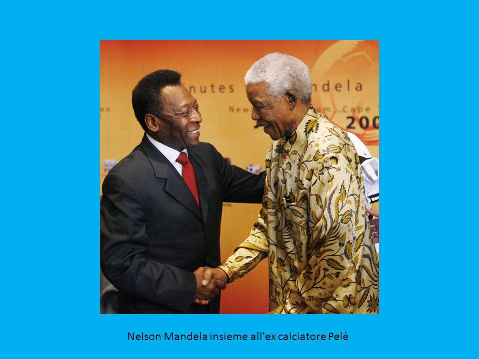 Nelson Mandela mostra la coppa del mondo