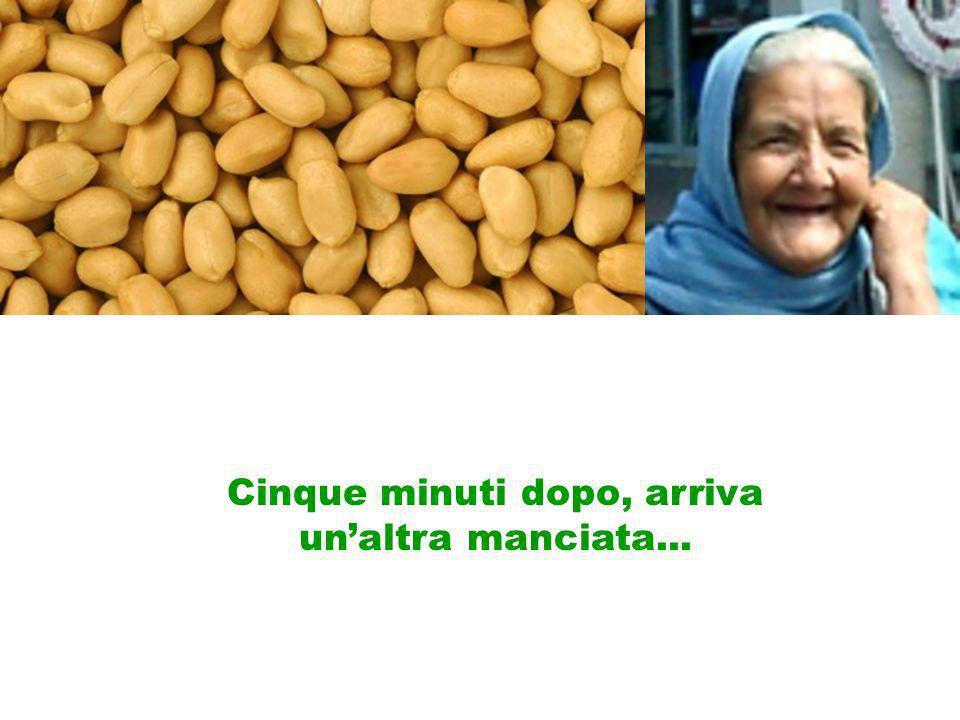 Cinque minuti dopo, la nonnina ripete lofferta, lautista la ringrazia nuovamente e mangia anche queste arachidi.
