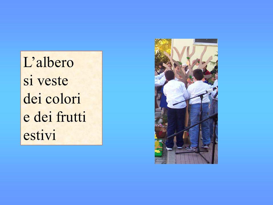 Lalbero si veste dei colori e dei frutti estivi