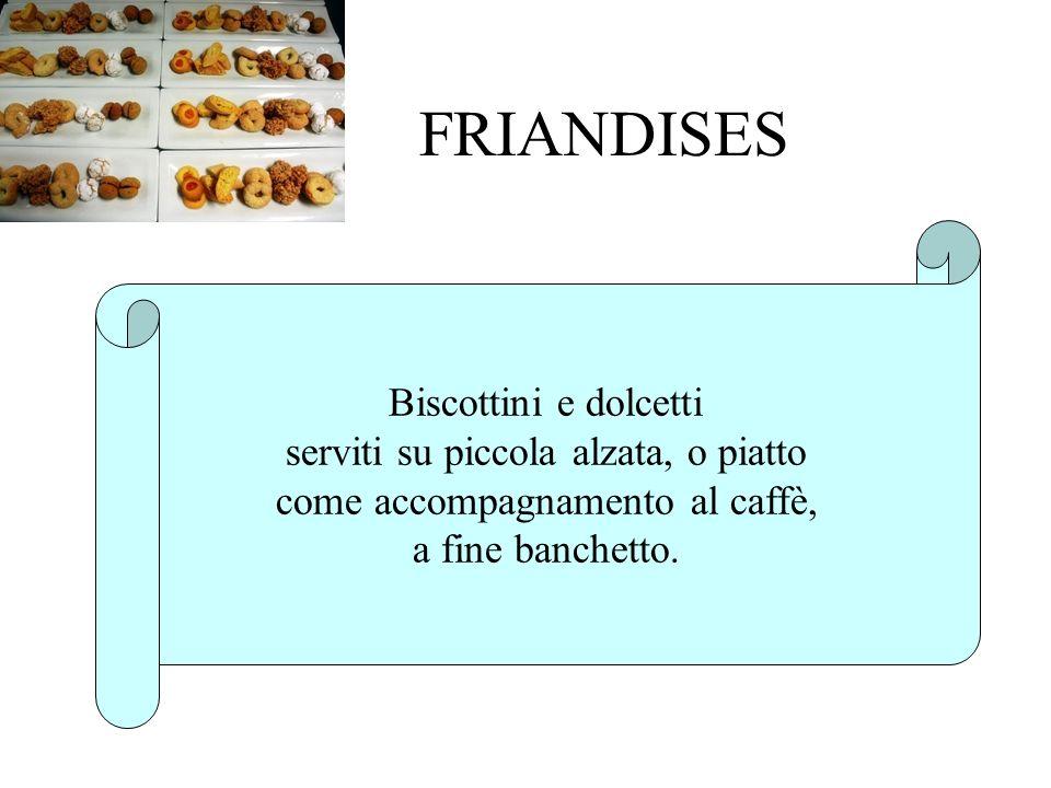 FRIANDISES Biscottini e dolcetti serviti su piccola alzata, o piatto come accompagnamento al caffè, a fine banchetto.