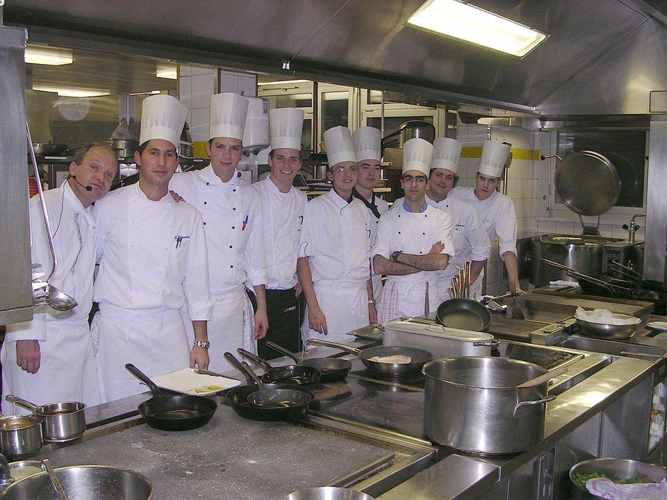 Chef Garde-Manger Addetto alla cucina fredda: Taglia, disossa, pulisce : Carne, pollame, pesce Prepara : *Antipasti freddi *Affettati *Insalate *Terrine e Gelatine