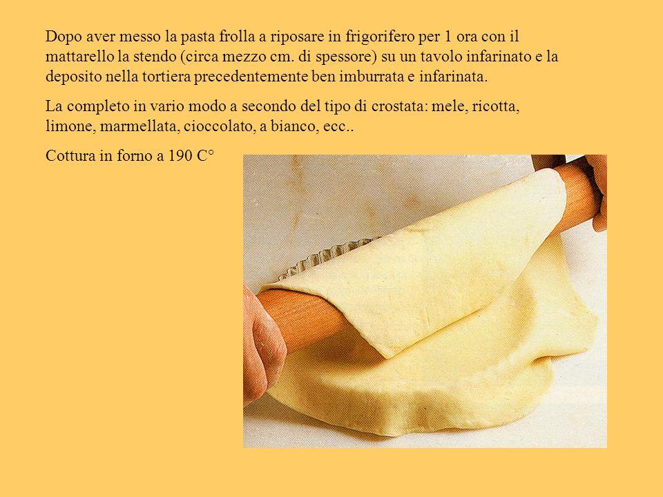 Dopo aver messo la pasta frolla a riposare in frigorifero per 1 ora con il mattarello la stendo (circa mezzo cm. di spessore) su un tavolo infarinato