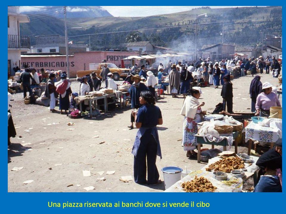 Una piazza riservata ai banchi dove si vende il cibo