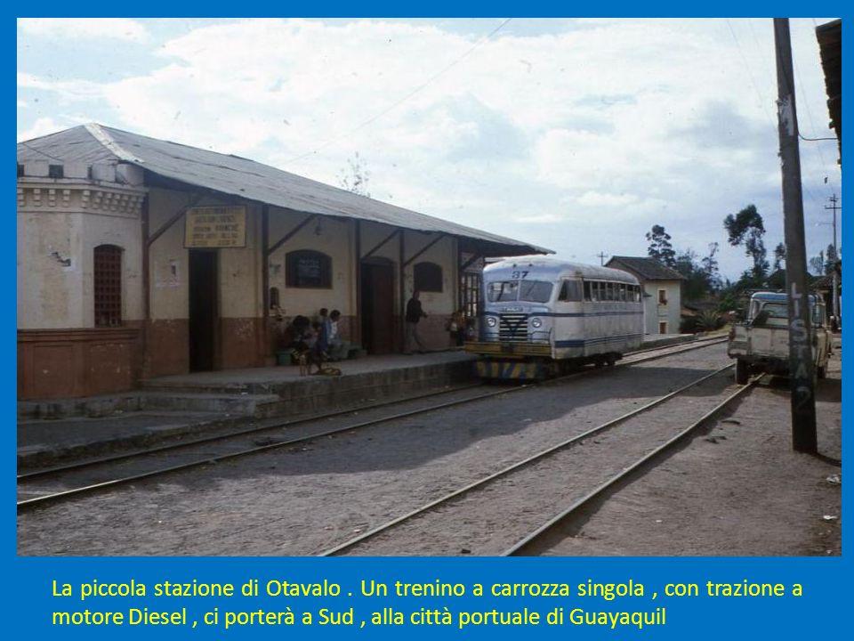 La piccola stazione di Otavalo. Un trenino a carrozza singola, con trazione a motore Diesel, ci porterà a Sud, alla città portuale di Guayaquil