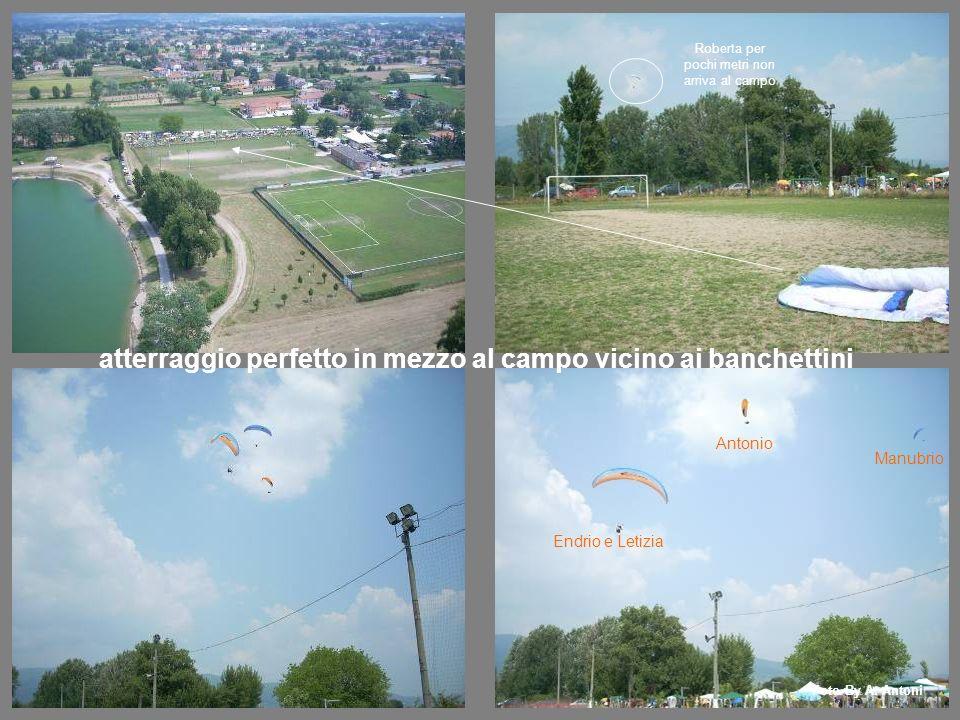 atterraggio perfetto in mezzo al campo vicino ai banchettini Roberta per pochi metri non arriva al campo Endrio e Letizia Antonio Manubrio Foto By A.