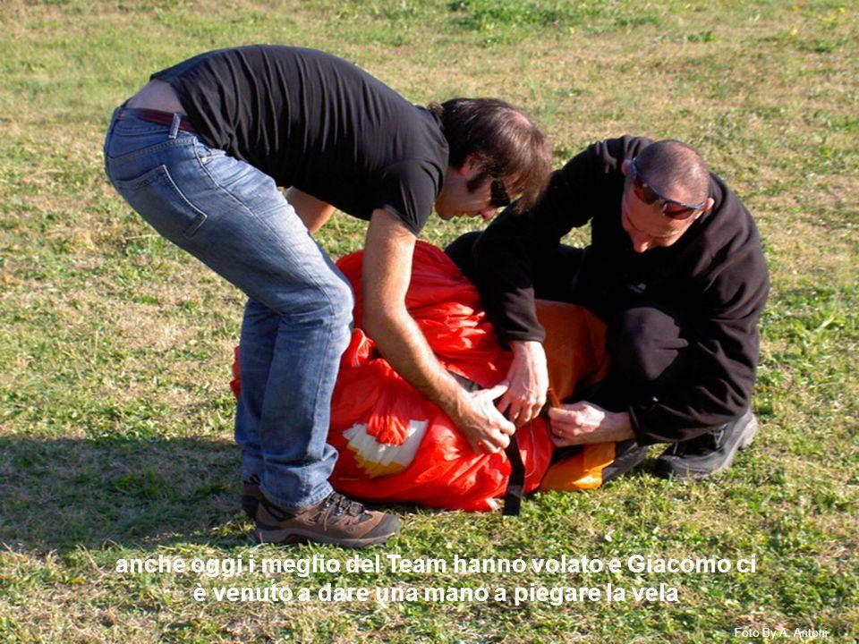 anche oggi i meglio del Team hanno volato e Giacomo ci è venuto a dare una mano a piegare la vela Foto By A.