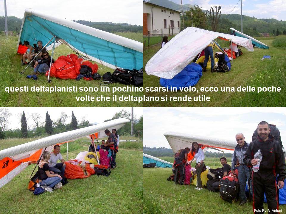 questi deltaplanisti sono un pochino scarsi in volo, ecco una delle poche volte che il deltaplano si rende utile Foto By A.