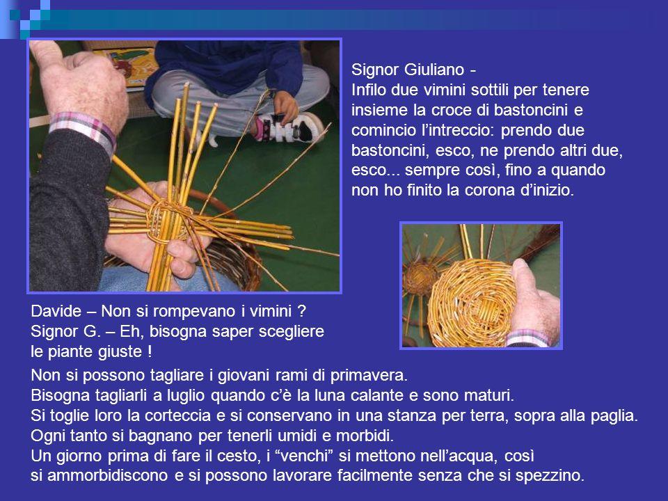 Signor Giuliano - Infilo due vimini sottili per tenere insieme la croce di bastoncini e comincio lintreccio: prendo due bastoncini, esco, ne prendo al