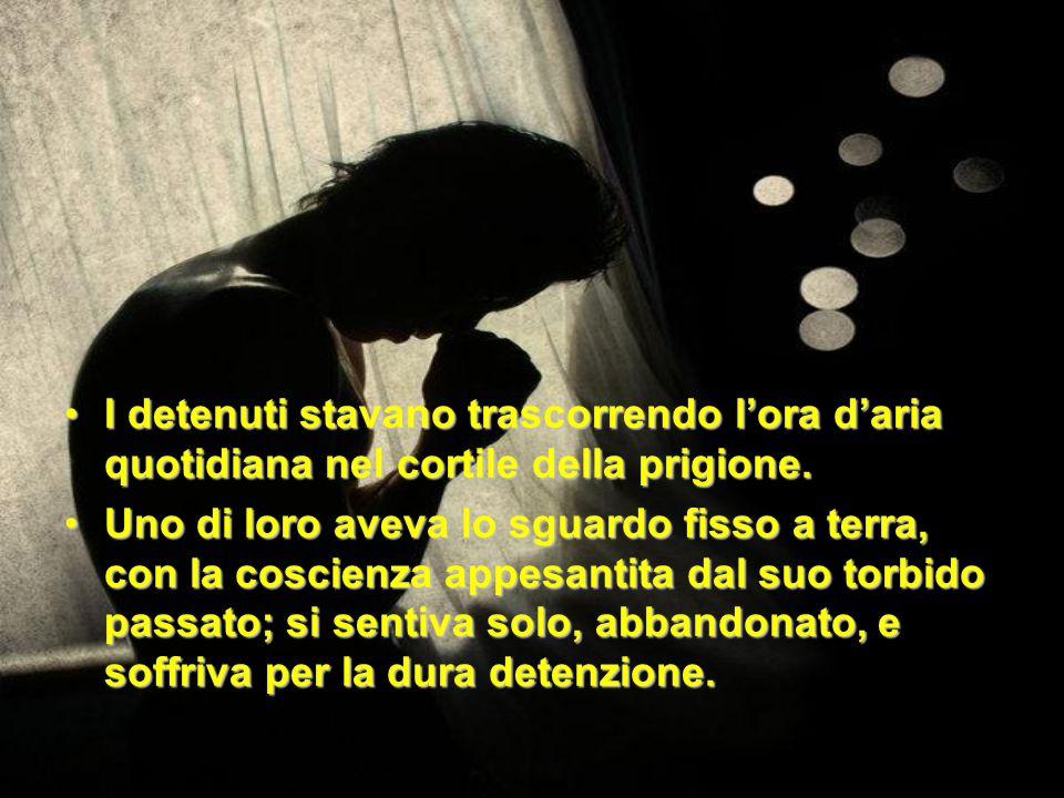 I detenuti stavano trascorrendo lora daria quotidiana nel cortile della prigione.I detenuti stavano trascorrendo lora daria quotidiana nel cortile del