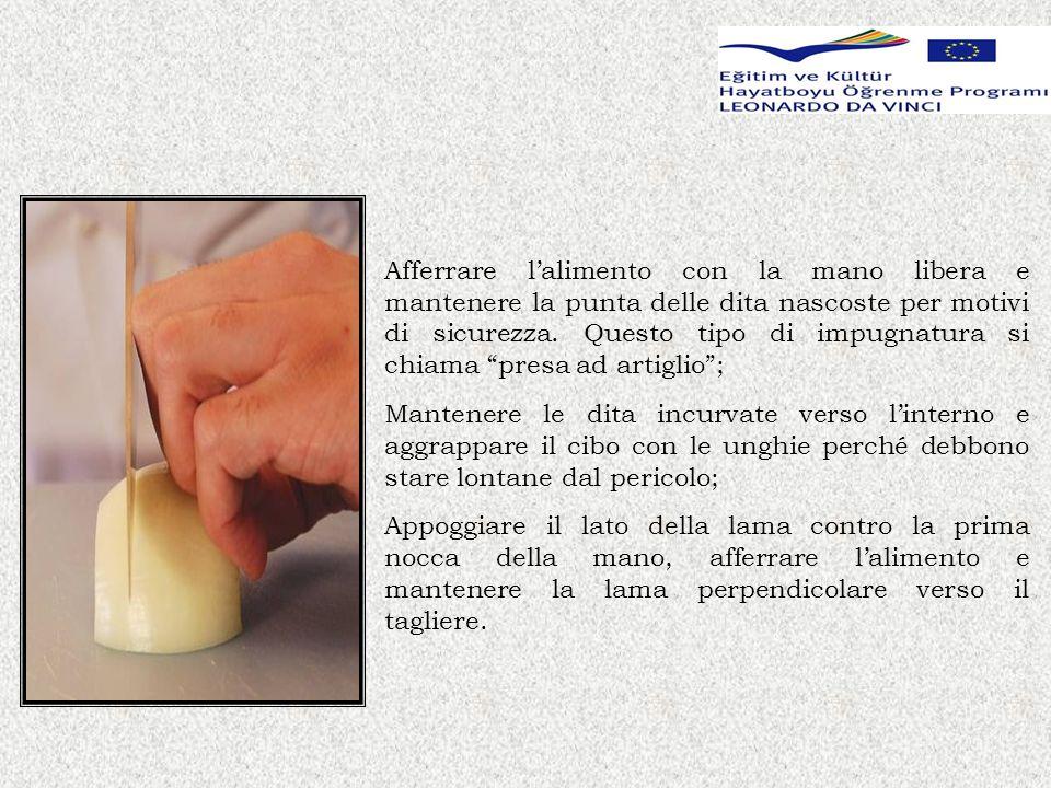 In questa versione della presa ad artiglio, la prima nocca della mano afferra lalimento e si appoggia sul cibo con le dita di nuovo incurvate allinterno.