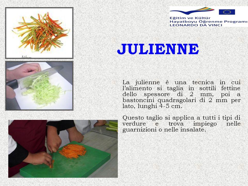 JULIENNE La julienne è una tecnica in cui lalimento si taglia in sottili fettine dello spessore di 2 mm, poi a bastoncini quadragolari di 2 mm per lato, lunghi 4-5 cm.