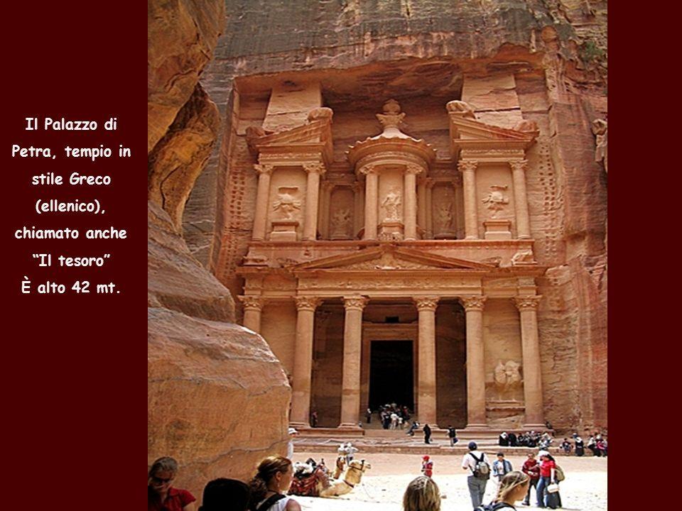 Il Palazzo di Petra, tempio in stile Greco (ellenico), chiamato anche Il tesoro È alto 42 mt.