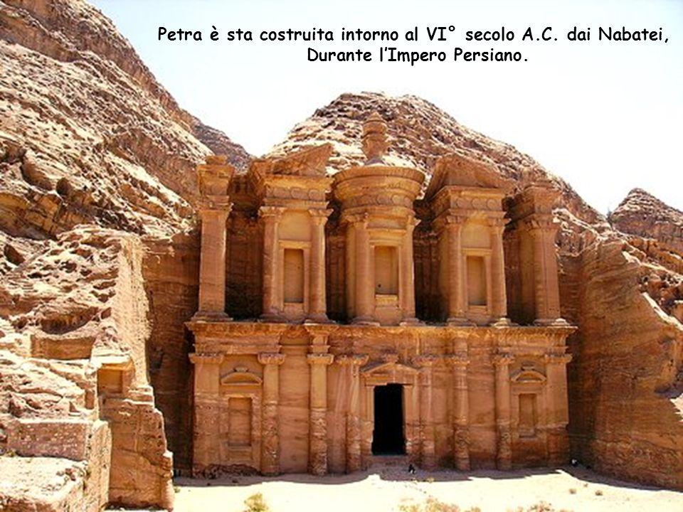 Ma il Palazzo è solo una delle grandiosi costruzioni di Petra, Scolpite nella roccia calcarea.