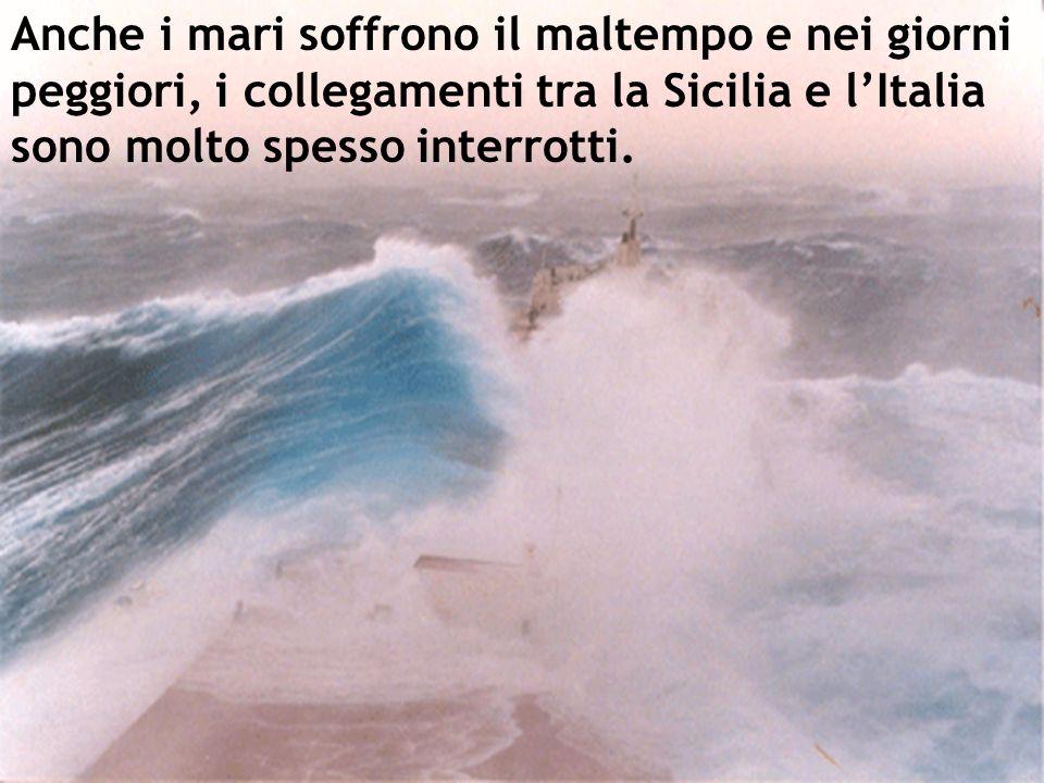 Anche i mari soffrono il maltempo e nei giorni peggiori, i collegamenti tra la Sicilia e lItalia sono molto spesso interrotti.