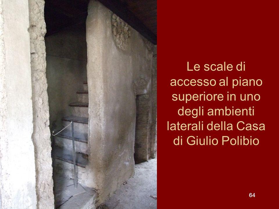 64 Le scale di accesso al piano superiore in uno degli ambienti laterali della Casa di Giulio Polibio