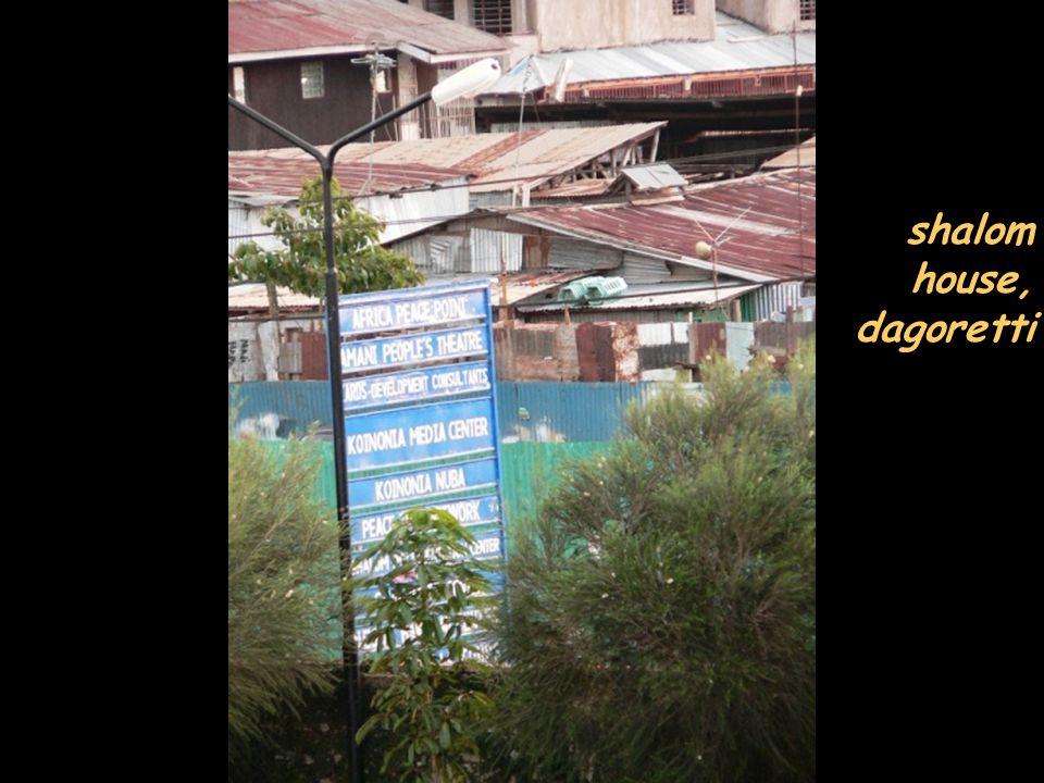 a kibera la ferrovia passa vicinissima alle baracche