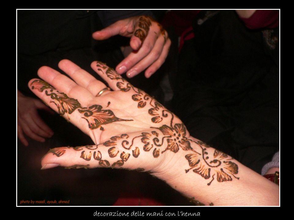 decorazione delle mani con lhenna