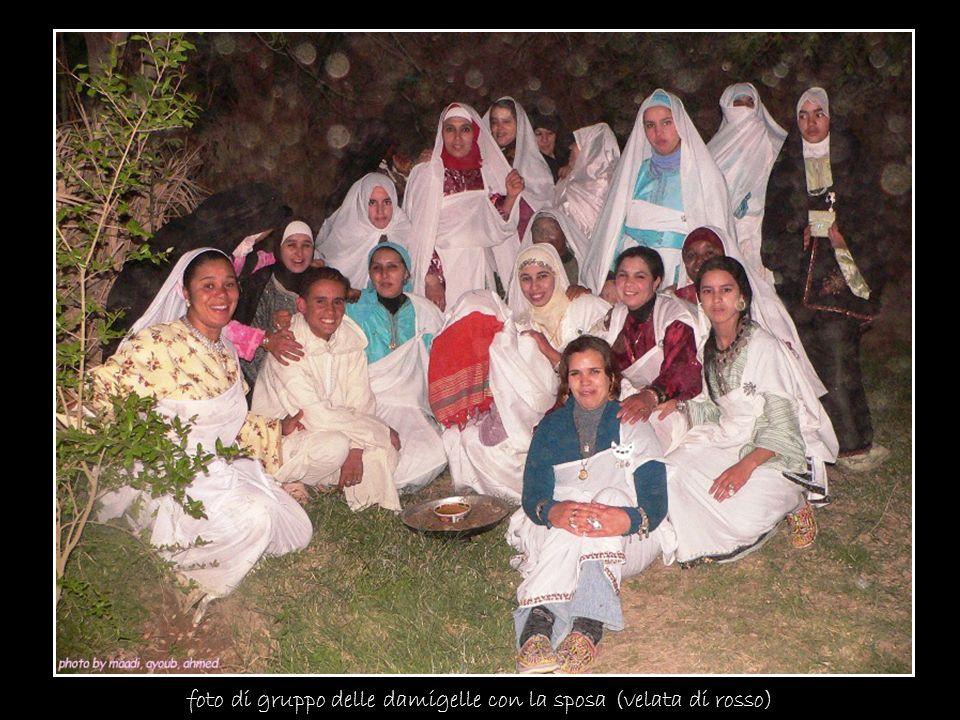 foto di gruppo delle damigelle con la sposa (velata di rosso)