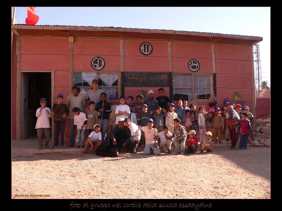 foto di gruppo nel cortile della scuola essaaydine